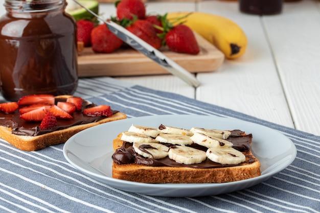 Gebratener toast mit schokoladenpaste und bananenscheiben