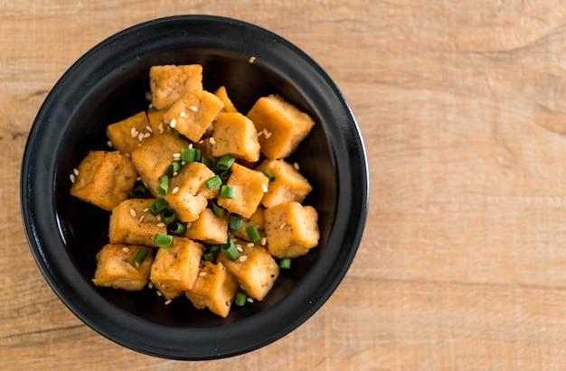 Gebratener tofu in einer schüssel mit indischem sesam