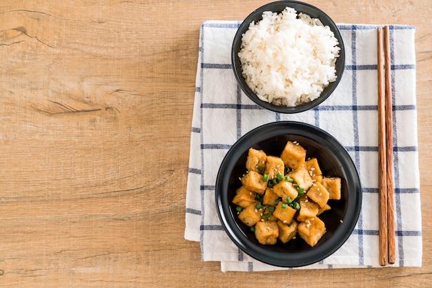 Gebratener tofu in einer schüssel mit sesam