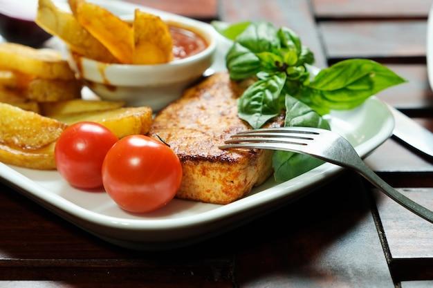 Gebratener tofu mit gewürzkartoffeln mit frischen tomaten