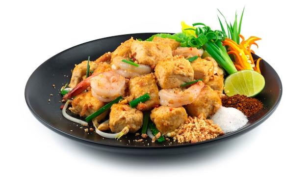 Gebratener tofu mit shrimps pad thai fusion style süße, saure und salzige geschmäcker verschmelzen und balancieren in dieser traditionellen thailändischen lieblingsdekoration mit geschnitztem chili und gemüse in der seitenansicht
