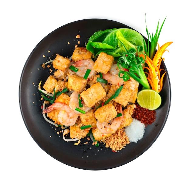 Gebratener tofu mit shrimps pad thai fusion style süße, saure und salzige geschmäcker verschmelzen und balancieren in dieser traditionellen thailändischen lieblingsdekoration mit geschnitztem chili und gemüse von oben