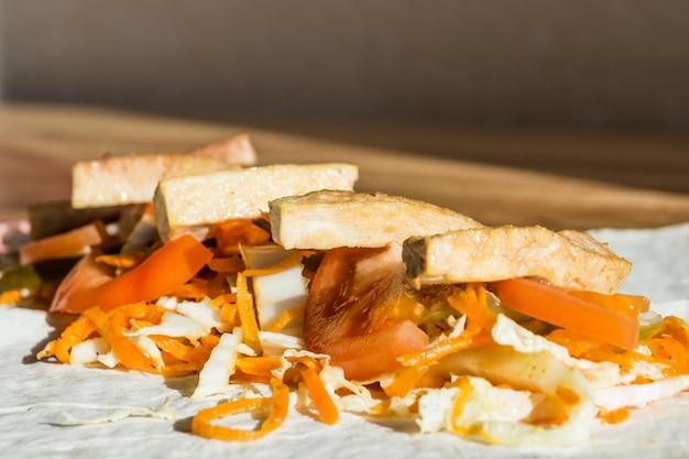 Gebratener tofu und frisches gemüse auf fladenbrot