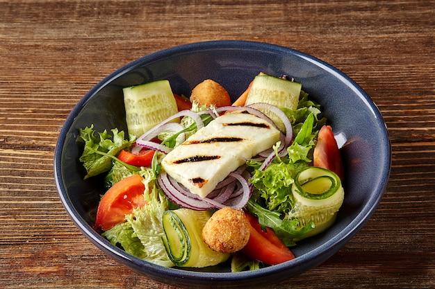 Gebratener tofusalat mit gurken tomaten avocado und sesamsamen hausgemachtes asiatisches gemüse und tofu ...