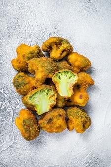 Gebratener zerbröckelter brokkoli auf küchentisch