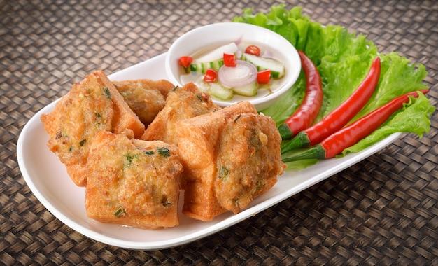 Gebratenes brot mit gehacktem schweinefleisch. thai essen