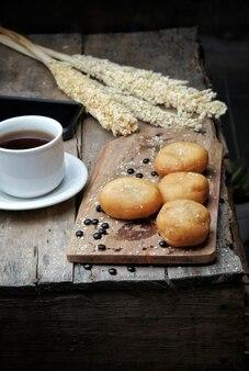 Gebratenes brot mit kaffee auf dem tisch serviert