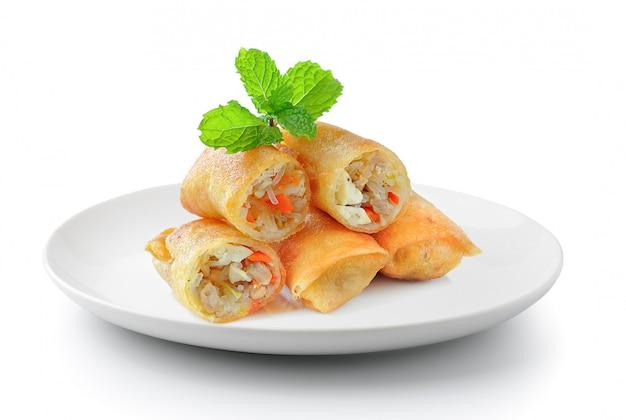 Gebratenes chinesisches traditionelles frühlingsrollen-essen in einer platte isoliert