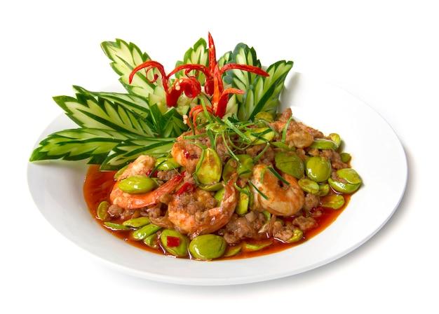 Gebratenes curry mit garnelenpaste, bitterbohne oder stinkbohne und frischen garnelen.