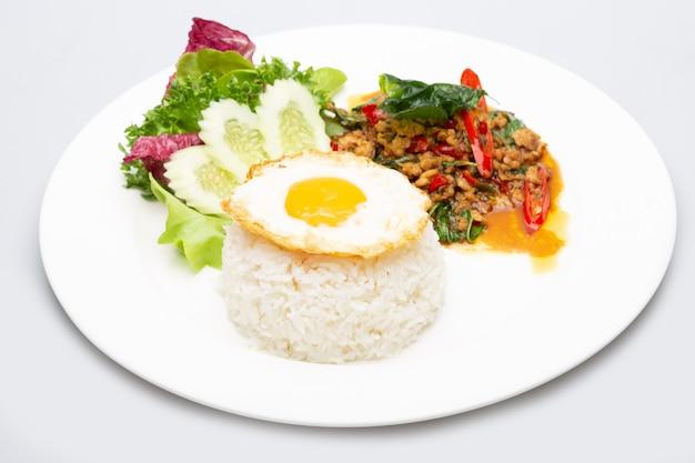 Gebratenes ei des gehackten schweinefleischbasilikumreises. beliebtes thailändisches essen