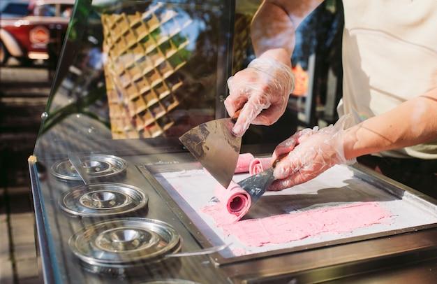 Gebratenes eis rollt an der gefrierpfanne. organische, natürliche gerollte eiscreme, handgemachter nachtisch.