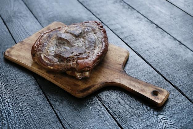 Gebratenes fleisch auf schneidebrett