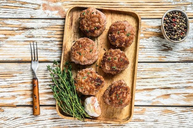 Gebratenes fleisch hühnerschnitzel auf einem holztablett