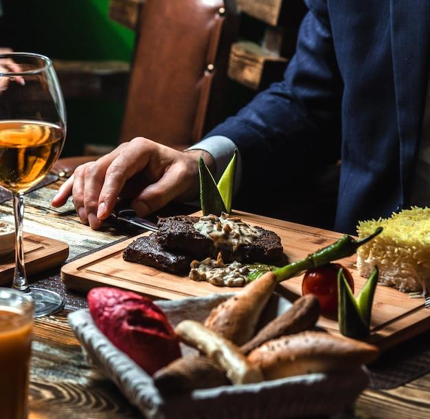 Gebratenes fleisch mit cremiger pilzsauce und reis