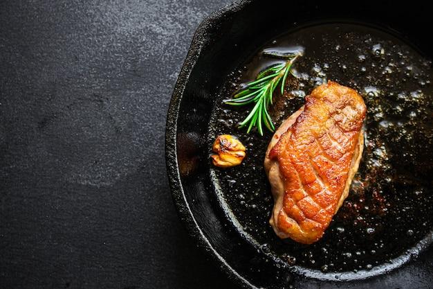 Gebratenes fleisch mit gebratener entenbrust