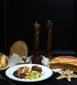Gebratenes fleisch mit gemüse und weißbrot