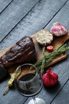 Gebratenes fleisch mit gewürzen