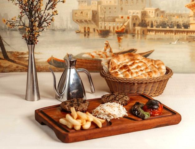 Gebratenes fleisch mit pommes frites und reis