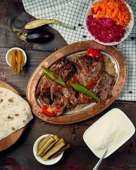 Gebratenes fleisch und pfeffer mit ketchup belegt
