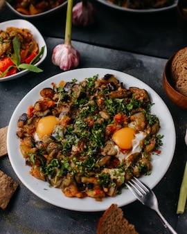 Gebratenes fleisch zusammen mit gebratenem gemüse bunt geschnitten in weißen teller zusammen mit rotweinbrot laibe auf grau