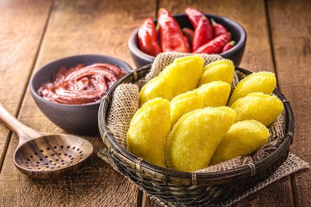 Gebratenes gebäck aus maisteig, paniert typisch für brasilien, juni party essen