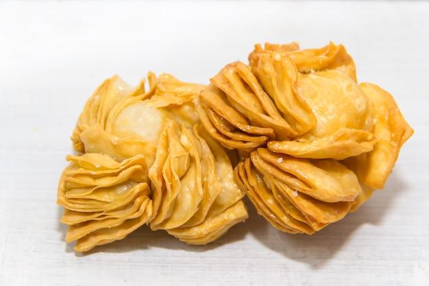 Gebratenes gebäck mit süßer quitte und batata typisch für die argentinische küche