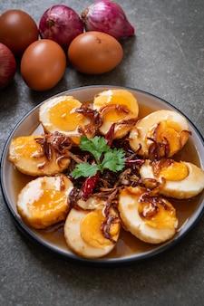 Gebratenes gekochtes ei mit tamarindensauce oder süß-sauren eiern