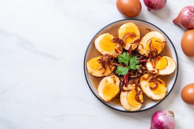 Gebratenes gekochtes ei mit tamarindensoße