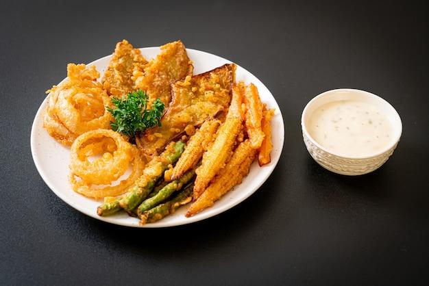 Gebratenes gemischtes gemüse (zwiebeln, karotten, babymais, kürbis) im tempura-stil