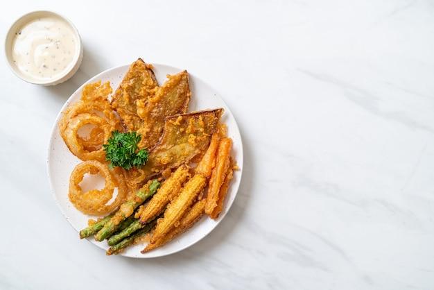 Gebratenes gemischtes gemüse (zwiebeln, karotten, babymais, kürbis) oder tempura. vegetarischer essensstil