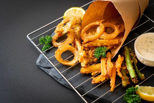 Gebratenes gemischtes gemüse (zwiebeln, karotten, babymais, kürbis) oder tempura - vegetarisches essen