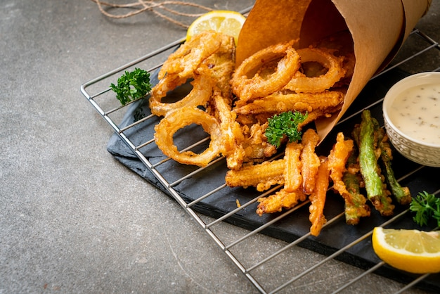 Gebratenes gemischtes gemüse (zwiebeln, karotten, babymais, kürbis) oder tempura