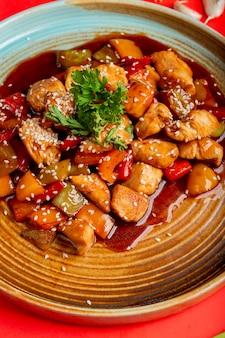 Gebratenes gemüse und hühnchen in soße mit sesam