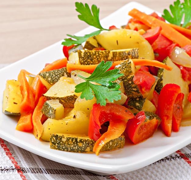 Gebratenes gemüse - zucchini, tomaten, karotten, zwiebeln und paprika
