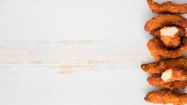 Gebratenes geschnittenes hühnerfleisch in reihe gelegt