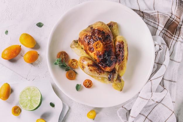 Gebratenes hähnchen mit kumquats