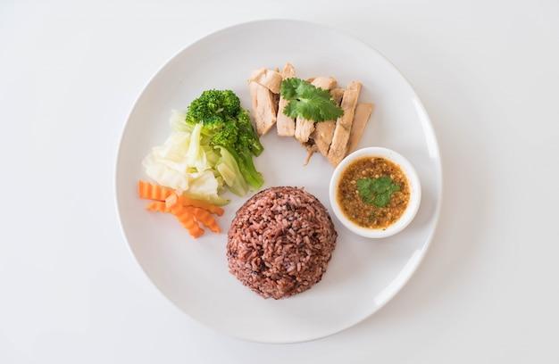 Gebratenes hähnchen und gemüse mit beerenreis