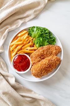 Gebratenes hähnchenbrustfiletsteak mit pommes frites und ketchup