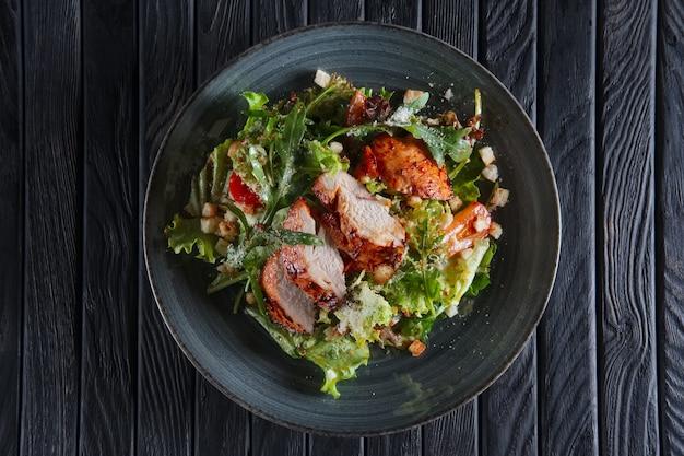 Gebratenes hähnchenfilet mit gemüse und salat mit essigsauce