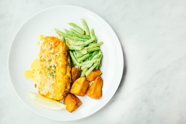 Gebratenes hähnchensteak mit zitrone und gemüse