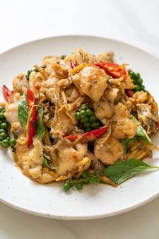 Gebratenes heiliges basilikum mit fisch und kräutern umrühren - asiatische küche