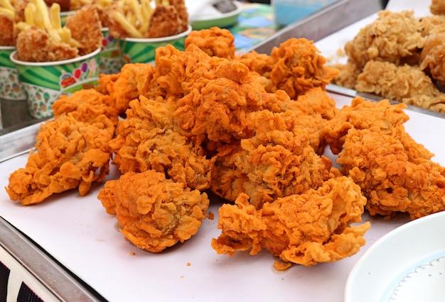 Gebratenes hühnchen am straßenessen