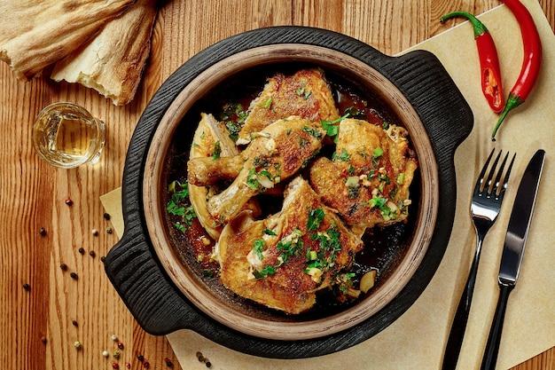 Gebratenes hühnerfleisch in knoblauchsauce mit greens shotis puri und chacha