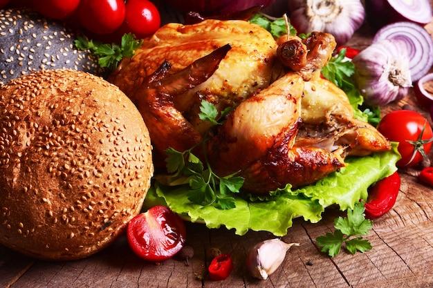 Gebratenes hühnerfleisch mit gemüse