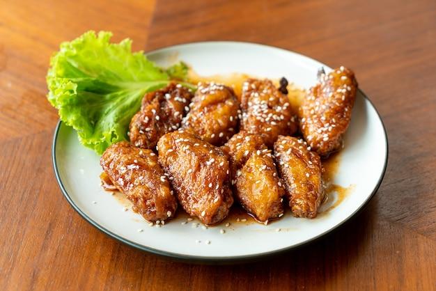Gebratenes hühnerfleisch mit koreanischer scharfer sauce und weißem sesam