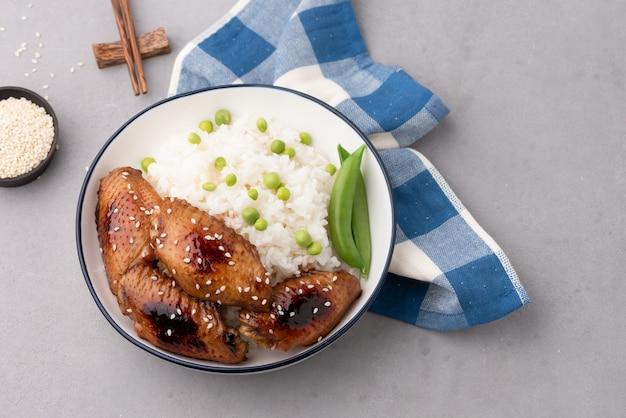 Gebratenes hühnerflügel des chinesischen lebensmittels mit reis
