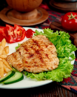 Gebratenes hühnerkotelett auf einem salatblatt