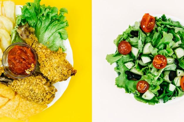 Gebratenes huhn der draufsicht gegen salat