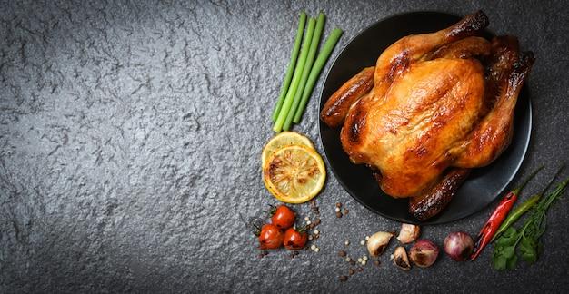 Gebratenes huhn gebackenes ganzes huhn mit kräutern und gewürzen gegrillt