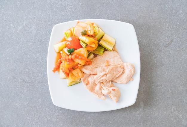 Gebratenes huhn mit gemischtem gemüse sauer und süßes stir-fry